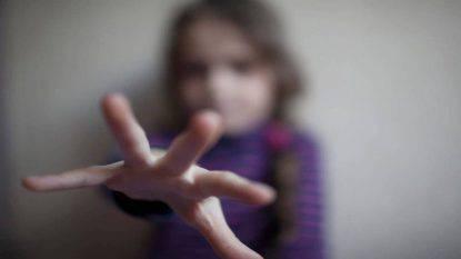 Abusa bambina di 9 anni