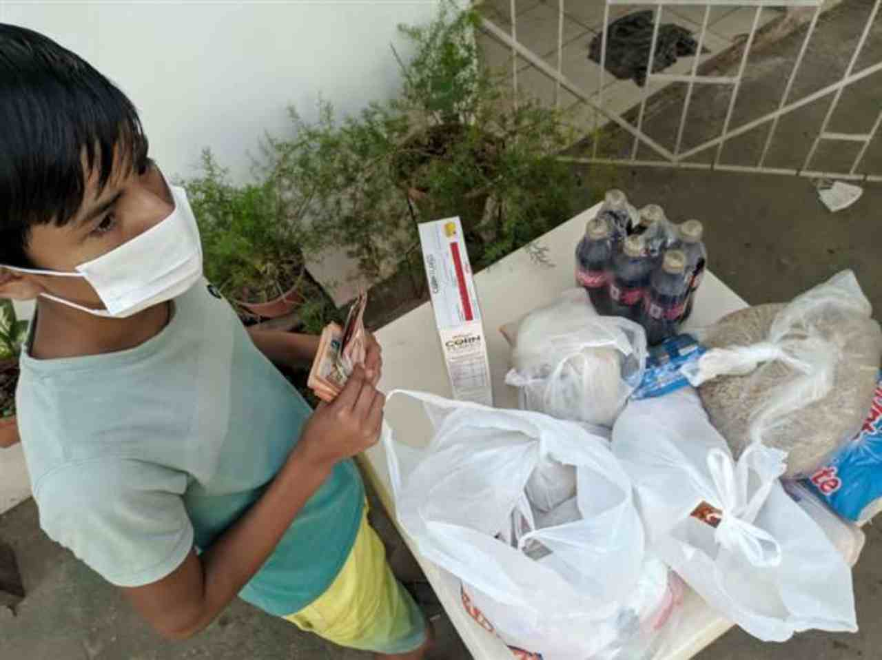 Bambino di 11 anni riesce a sfamare i suoi 7 fratelli durante l'epidemia | VIDEO