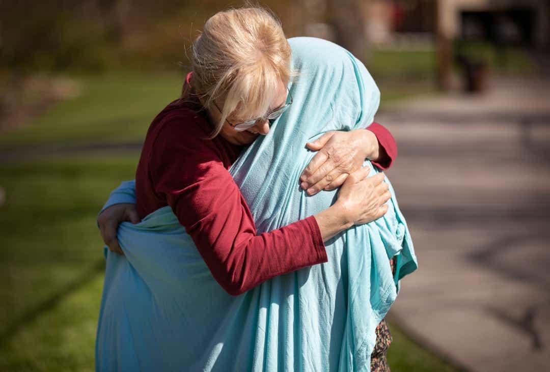 abbraccio mamma figlia infermiera