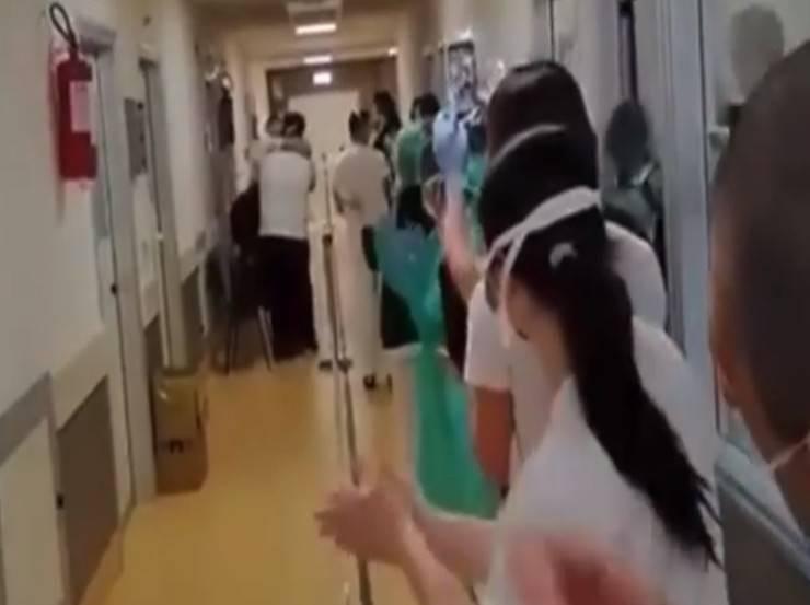 Padre e figlio guariti dal Covid 19 dimessi insieme: il saluto commosso degli infermieri | VIDEO