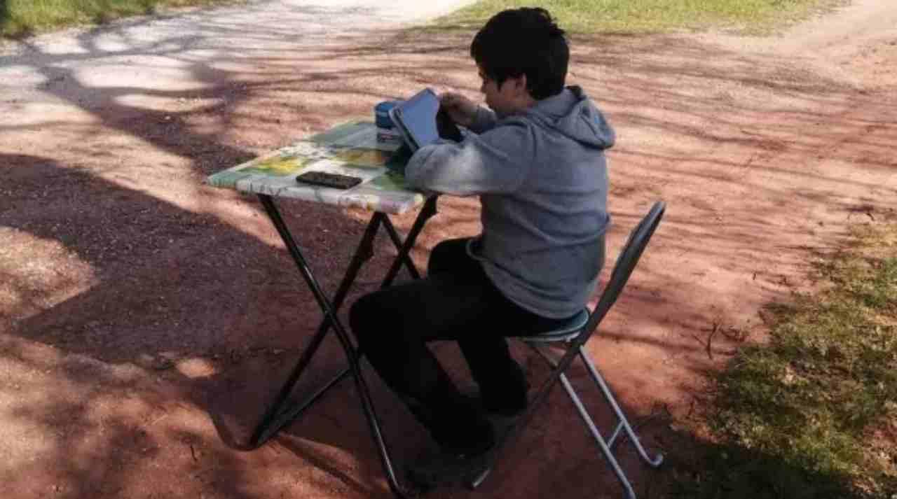 Un bambino costretto a studiare fuori casa   FOTO