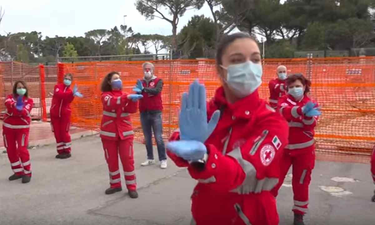 Volontari della Croce Rossa sorprendono i bambini: il video commuove