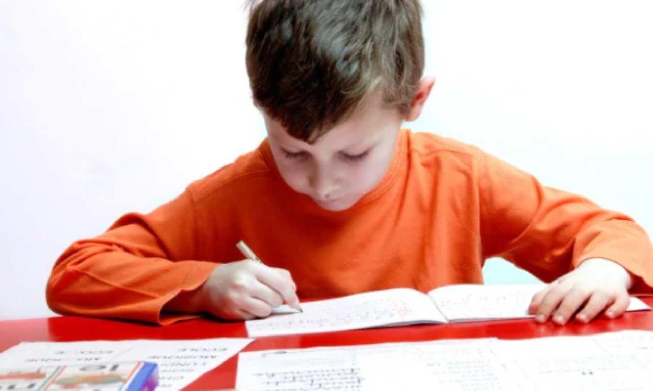 Bambino insulta la maestra nel tema: maxi multa ai genitori