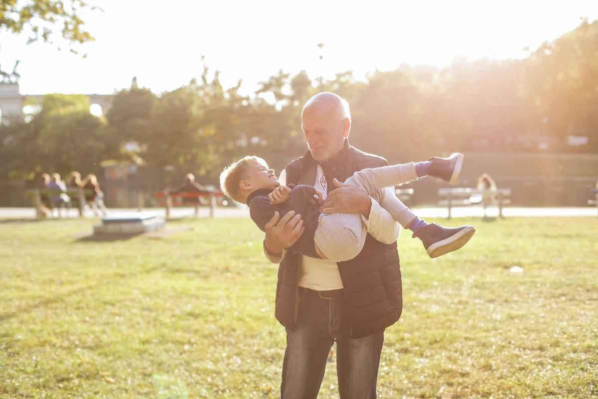 I bambini possono abbracciare i nonni: le linee guida della Svizzera