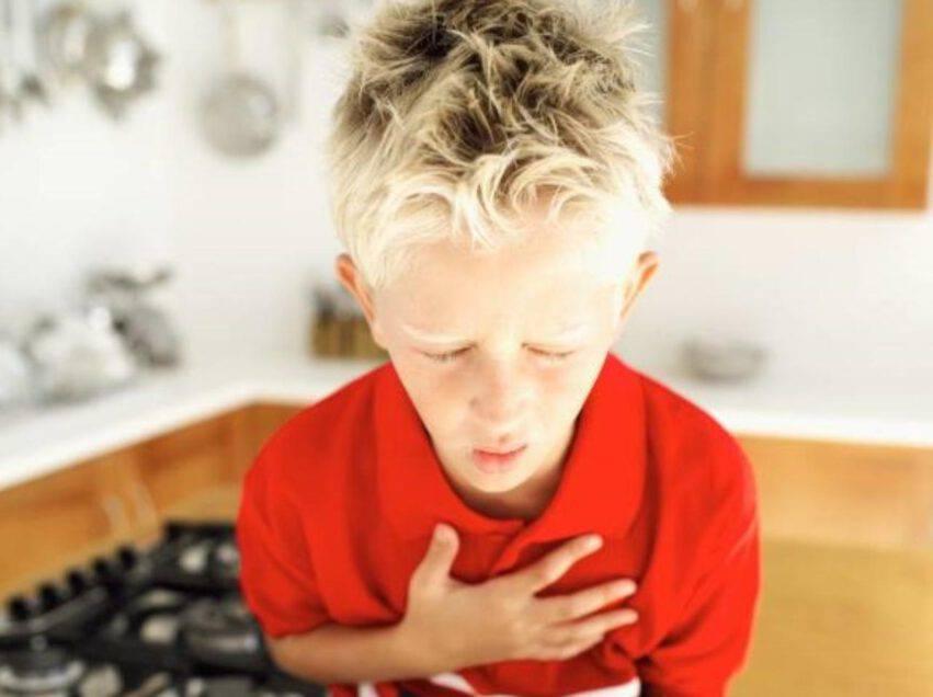 Bambino di 12 anni soffoca