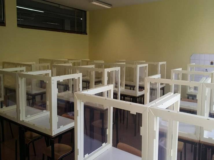 Divisori sui banchi di scuola