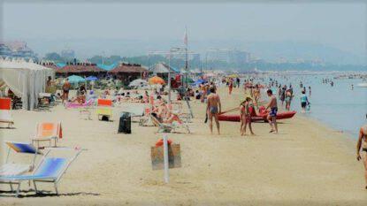 Filmava minorenni in spiaggia