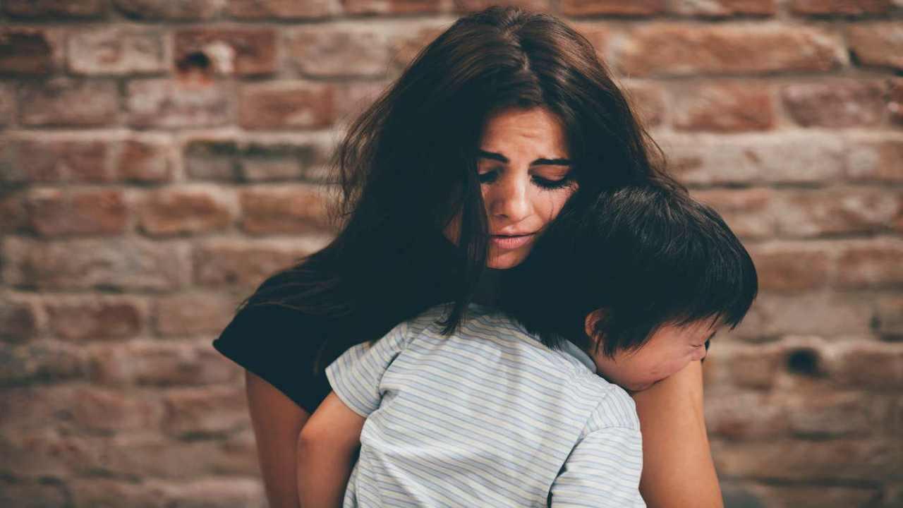 Mamma riabbraccia figlio multata1