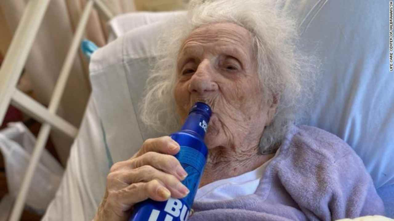 Nonna di 103 anni guarisce dal virus e beve una birra per festeggiare: la sua storia | FOTO