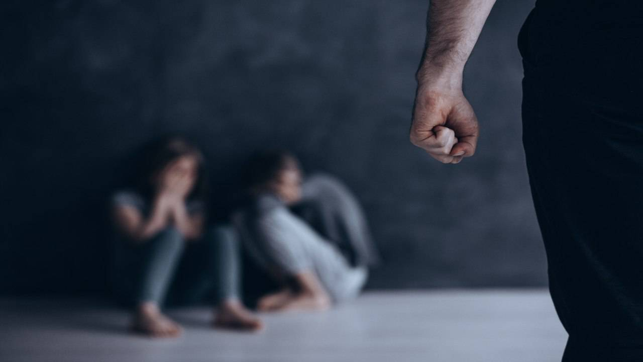 Padre denunciato per aver picchiato i figli lasciati per giorni soli in casa