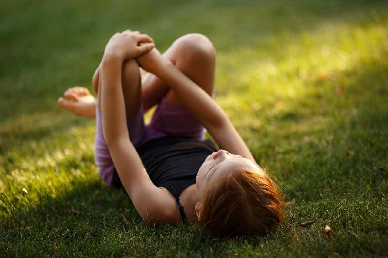Bambina a piedi nudi (fonte unsplash)