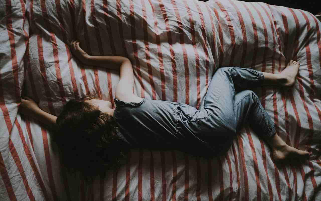 Bambina che dorme (fonte unsplash)