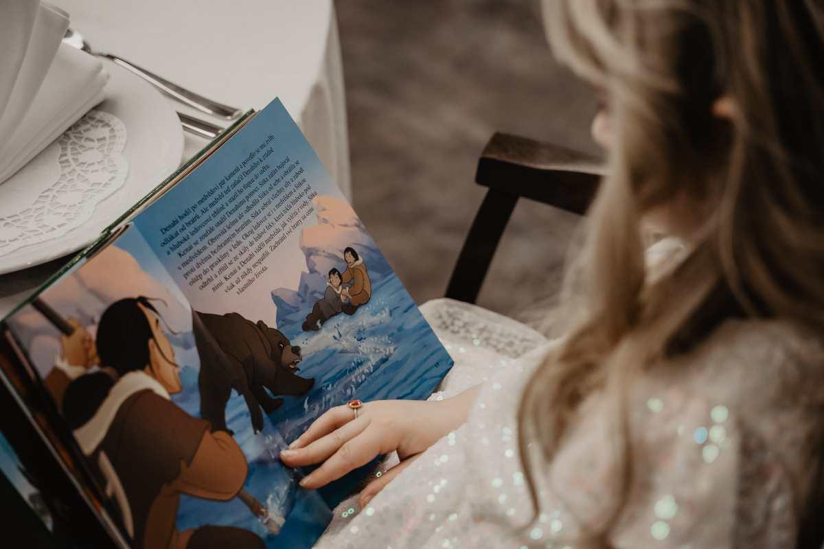 Bambino che legge (fonte unsplash)