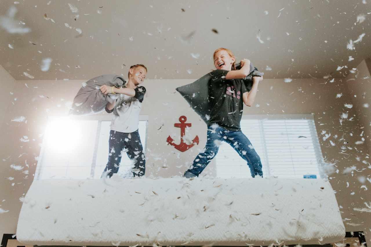 Bambini che giocano in casa (fonte unsplash)