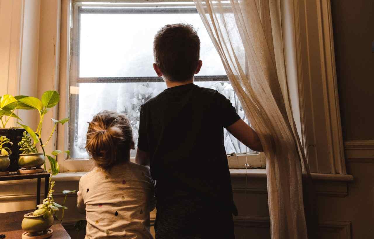 Bambini e finestre (fonte unsplash)