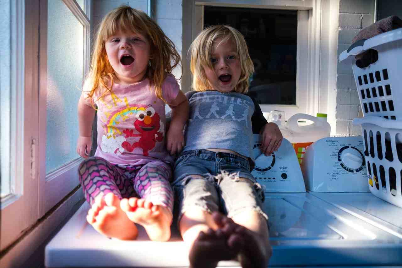 Bambini scalzi in casa (fonte unsplash