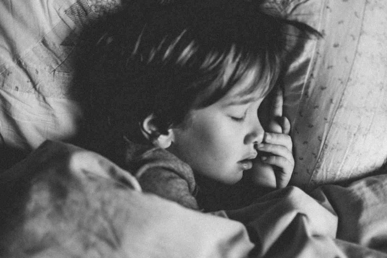 Bambino che dorme (fonte unsplash)