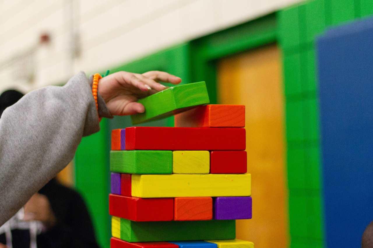 Giochi in legno per bambini (fonte unsplash)