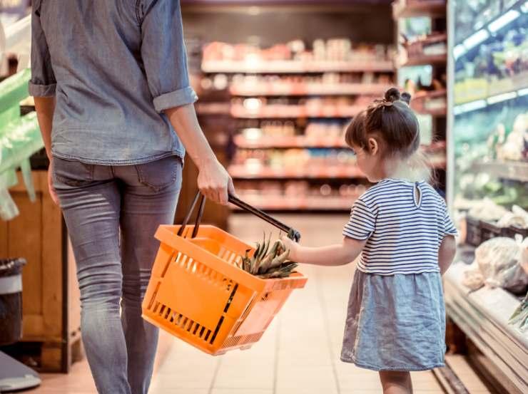Mamma e figlia al supermercato