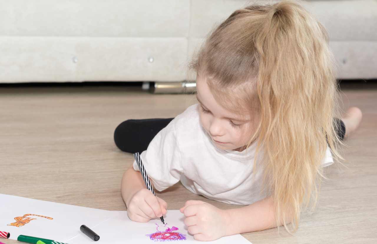 Bambina che disegna (fonte unsplash)