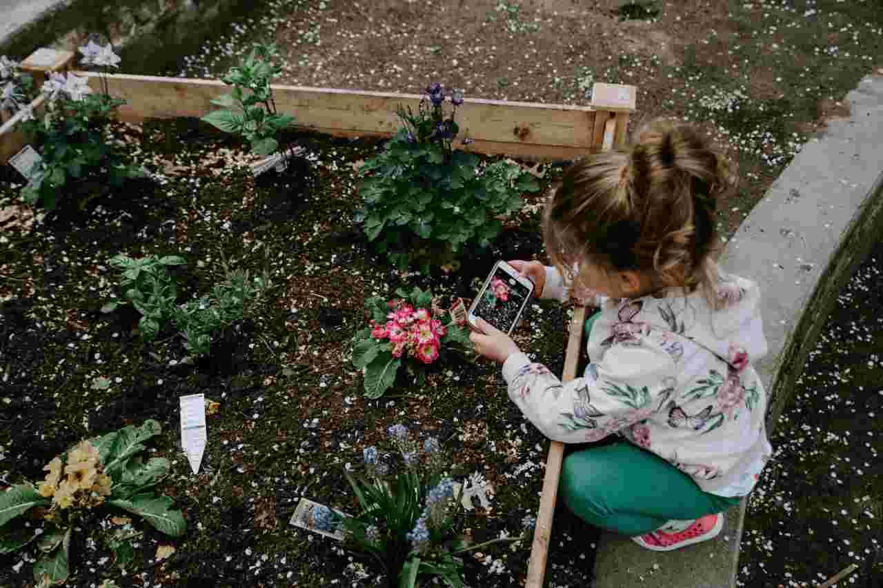Bambini e giardinaggio (fonte unsplash)