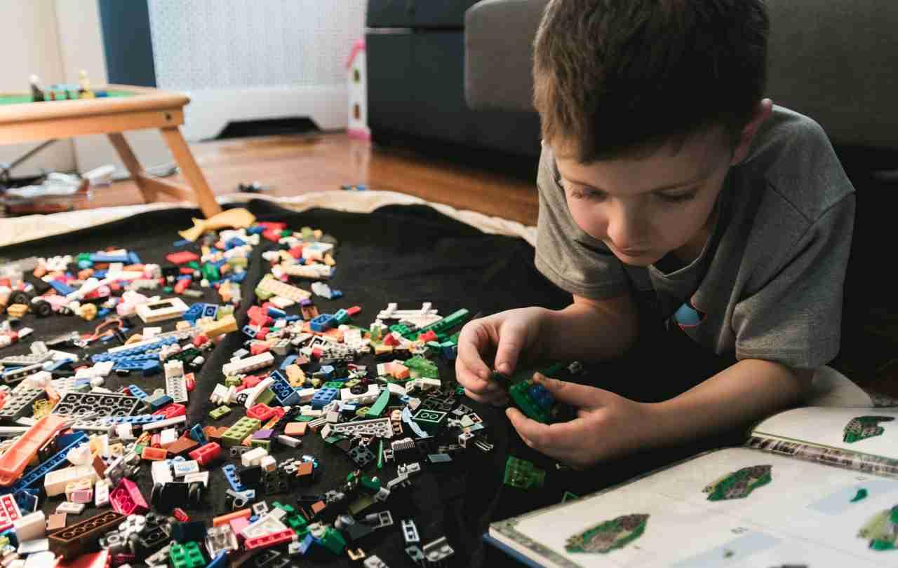 Bambini e lego (fonte unsplash)