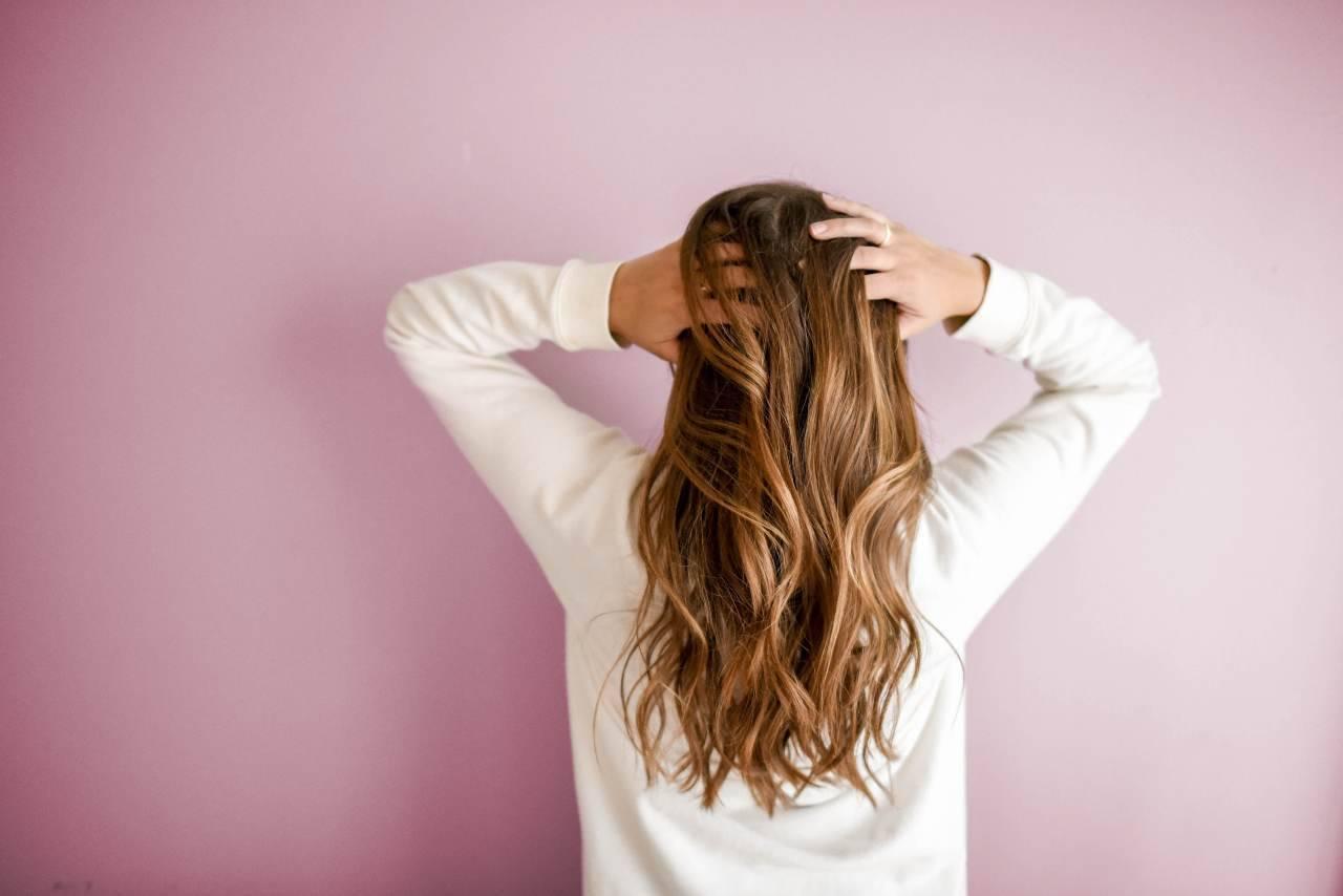 Posparto caduta dei capelli (fonte unsplash)