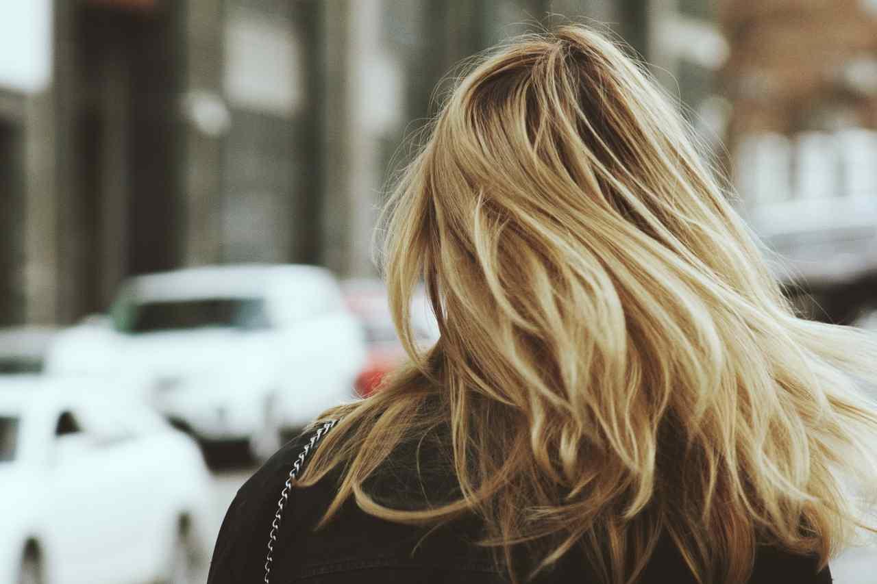 Tingere i capelli in gravidanza (fonte unsplash)