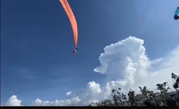 bambina vola su aquilone