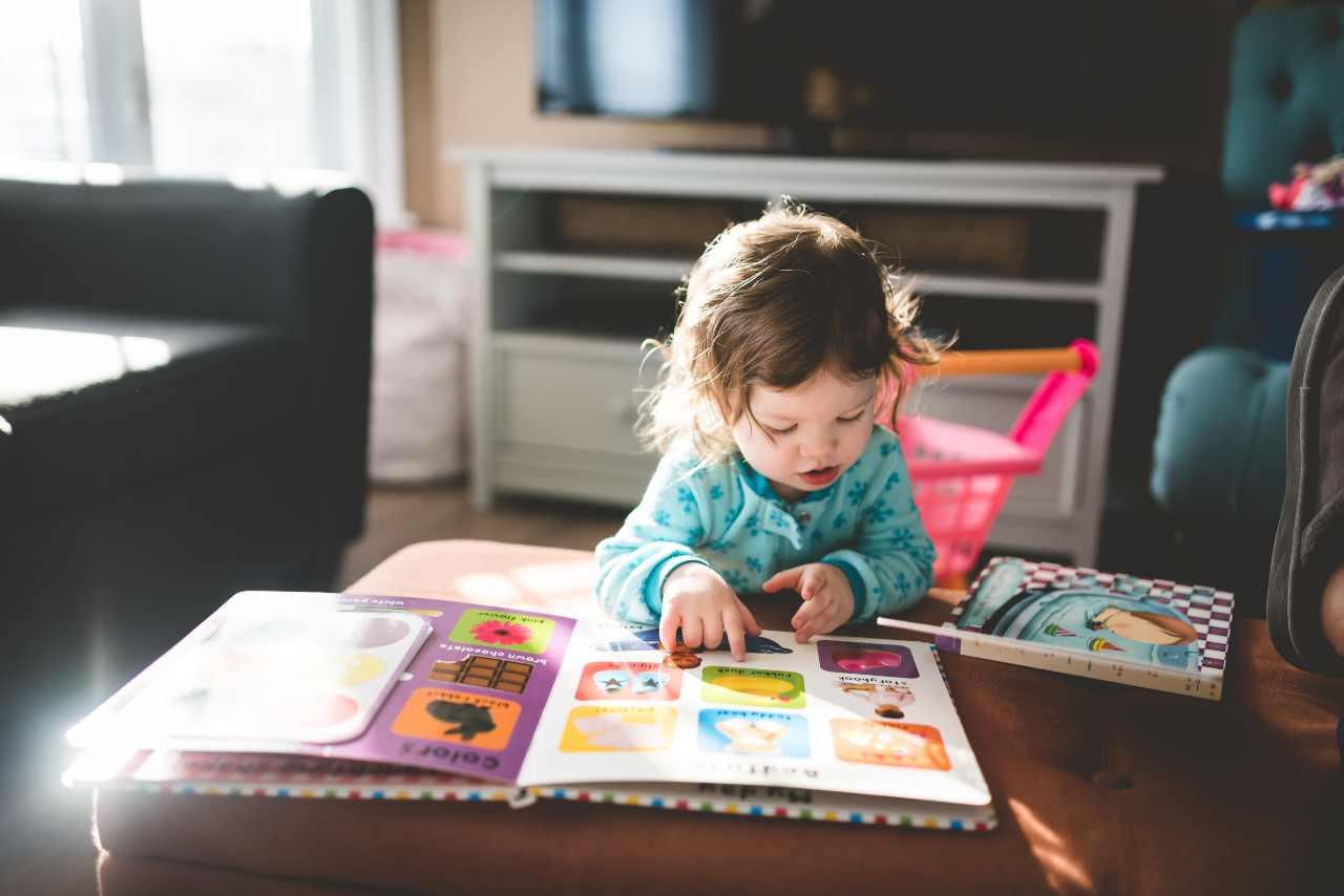 Bambina che legge (fonte unsplash)