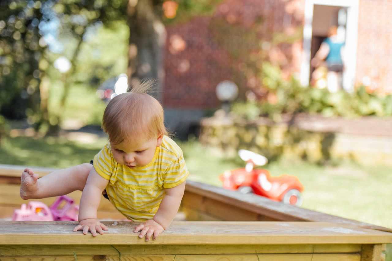 Bambina che scavalca (fonte unsplash)