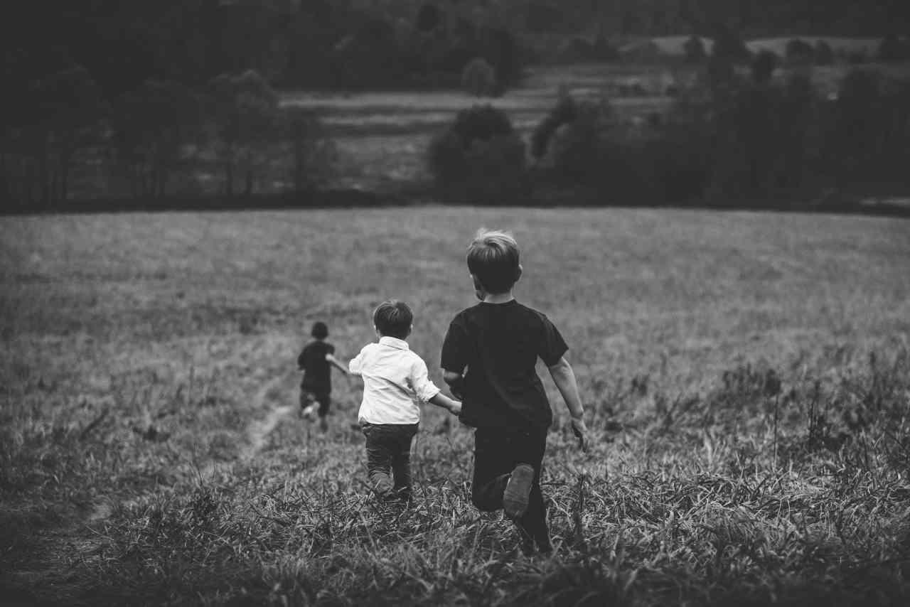 Bambini che corrono (fonte unsplash)