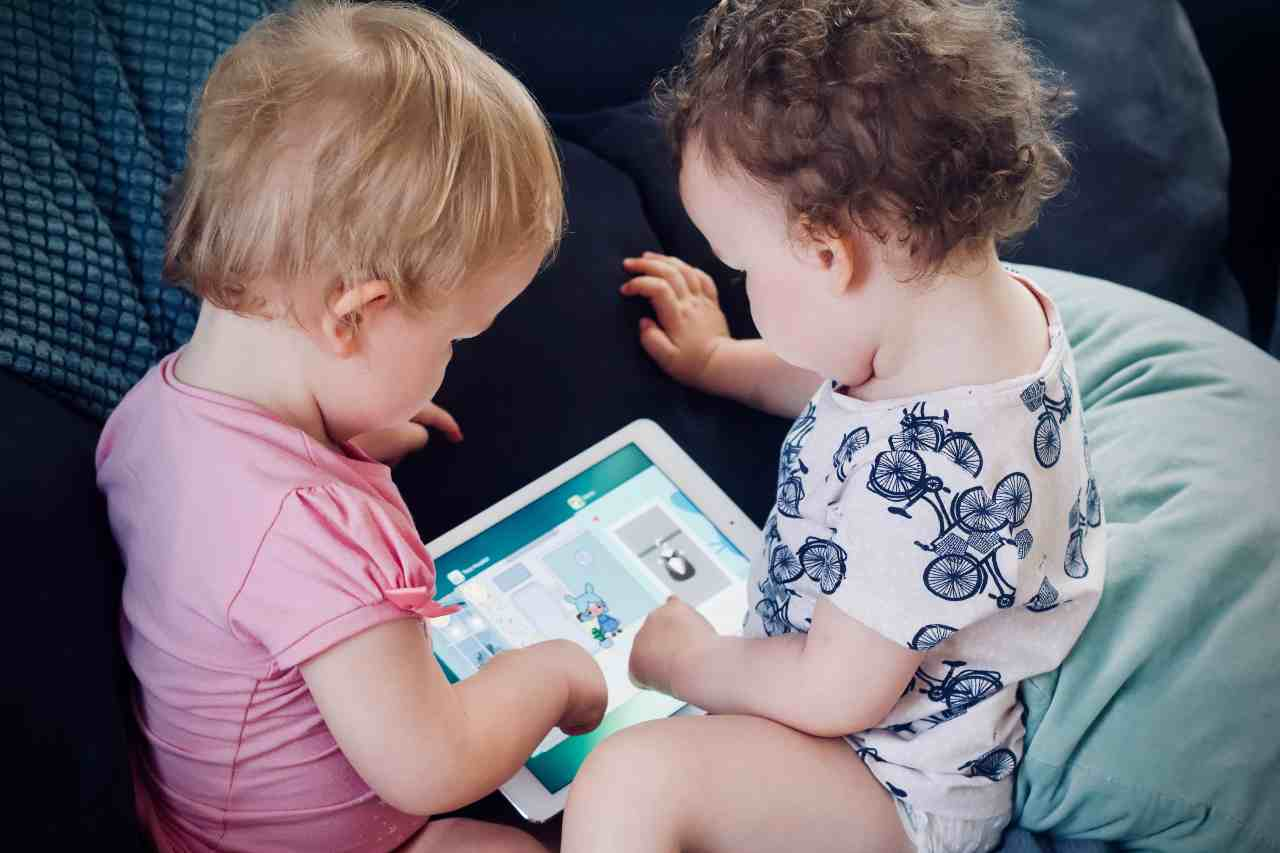 Bambini e tablet (fonte unsplash)