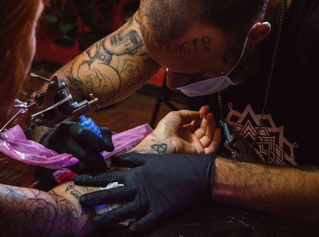 Mamma e tatuaggi (fonte unsplash)