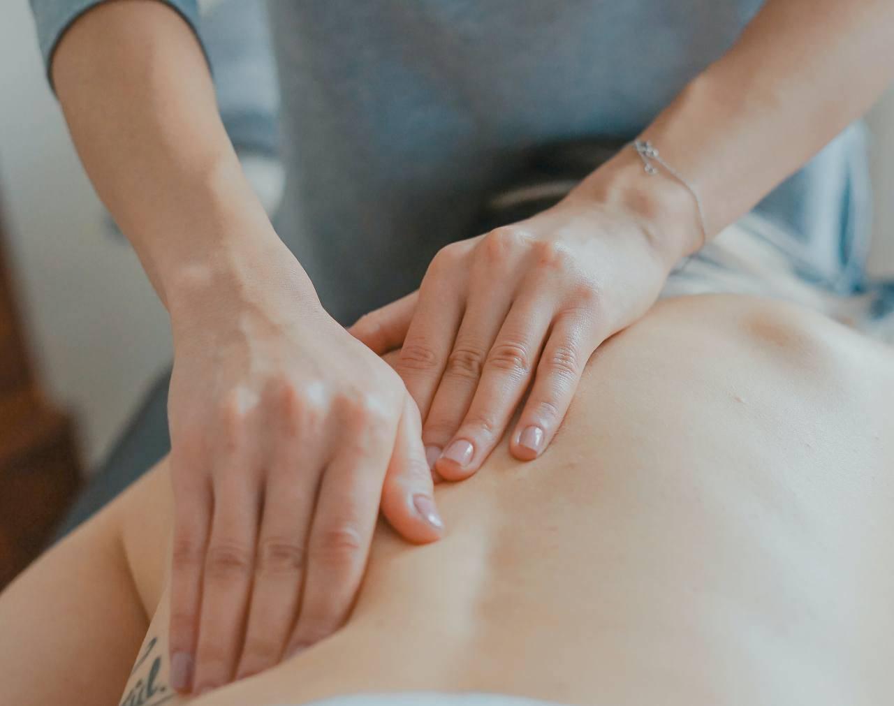 Massaggio mal di schiena (fonte unsplash)