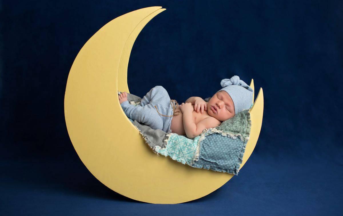 vestire neonato notte