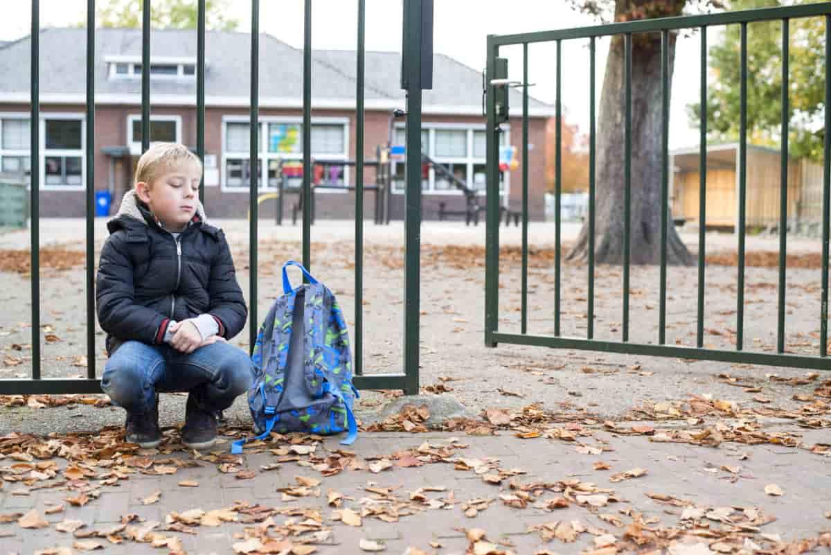 bambino dimenticato a scuola
