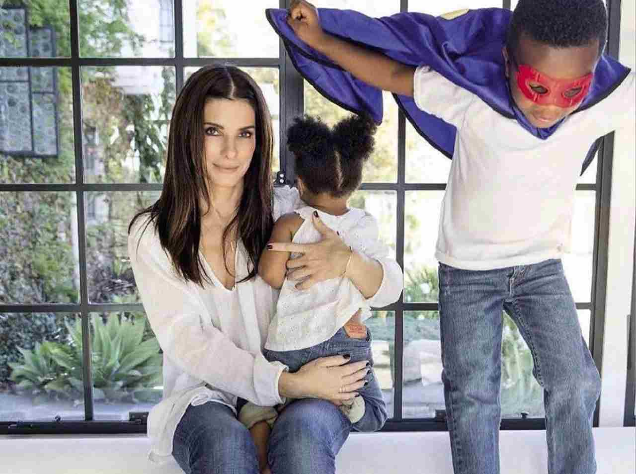 Sandra Bullock e figli (fonte Instagram @sandra.bullock.official)