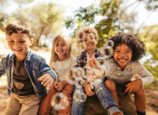 bambini gioco natura