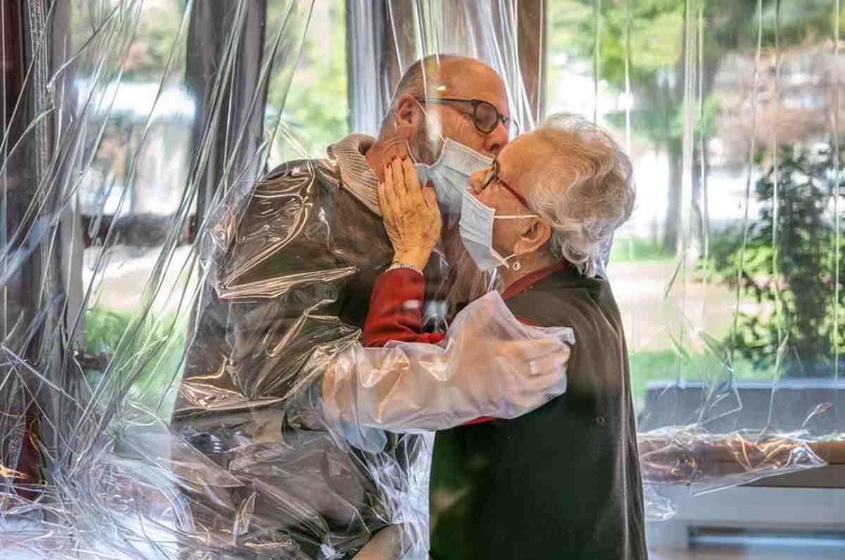 Abbracciare persone anziane
