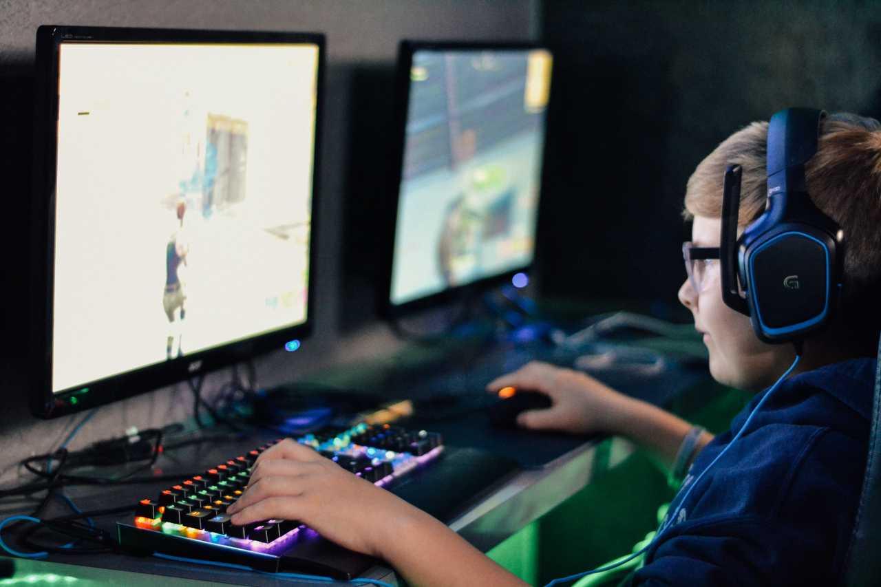 Bambino che gioca (fonte unsplash)