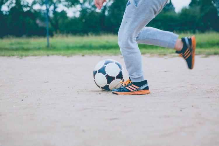 ragazzo gioca calcio