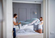 coppia rifare il letto