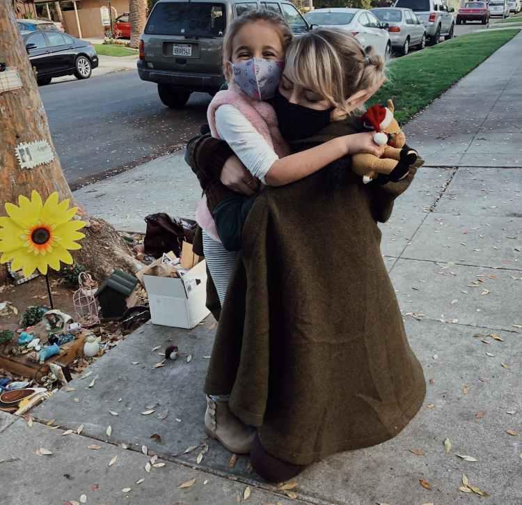 bambina e fata abbracciate