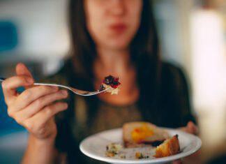 donna mangia torta