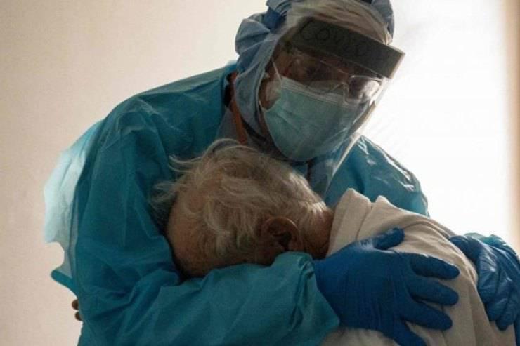 medico abbraccia paziente covid