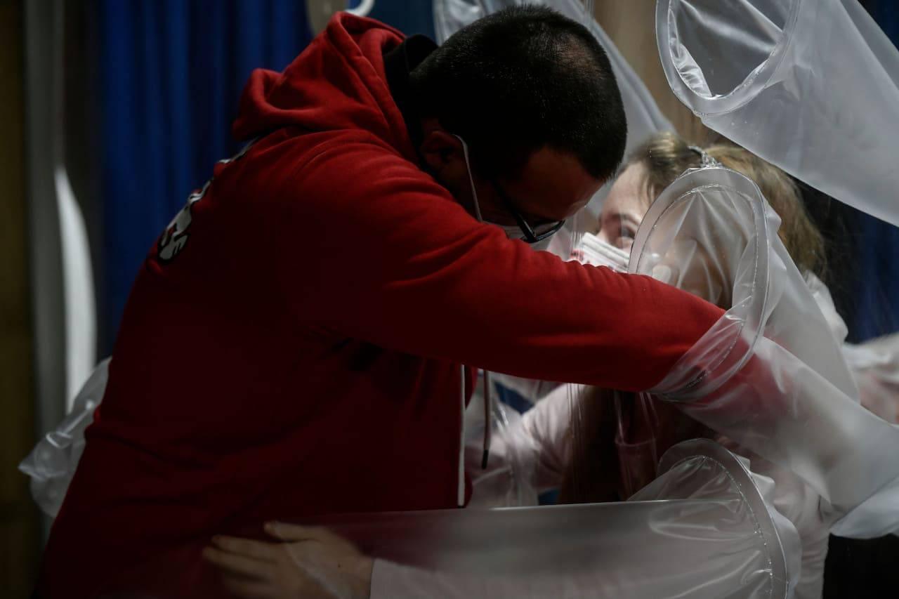 piccoli pazienti abbracciare genitori