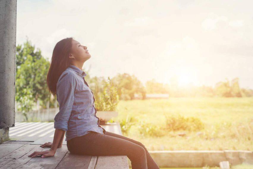 ragazza rilassata guarda il cielo