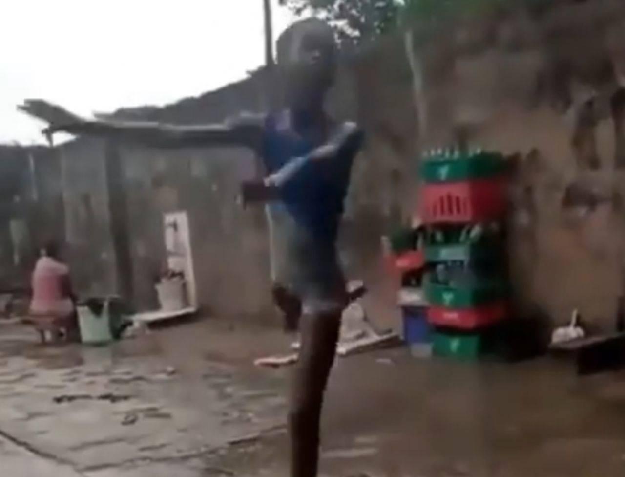 La bambina che balla sotto la pioggia