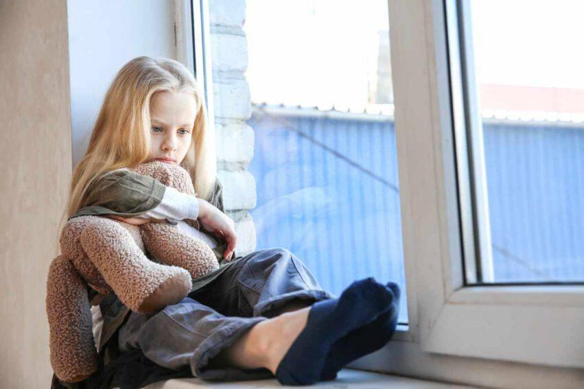 bambina sola e triste